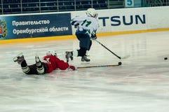 Chłopiec bawić się hokeja z krążkiem hokojowym Zdjęcia Royalty Free