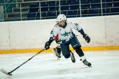 Chłopiec bawić się hokeja z krążkiem hokojowym Obrazy Royalty Free