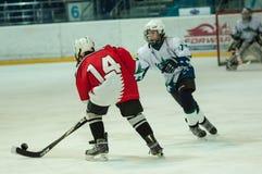 Chłopiec bawić się hokeja z krążkiem hokojowym Zdjęcia Stock
