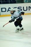 Chłopiec bawić się hokeja z krążkiem hokojowym Fotografia Royalty Free