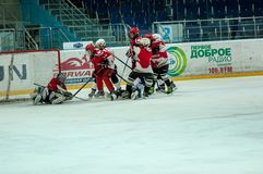Chłopiec bawić się hokeja z krążkiem hokojowym Obrazy Stock
