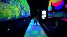 Chłopiec bawić się Hopscotch grę w ArtScience muzeum zdjęcie wideo