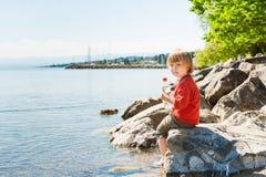 Chłopiec bawić się jeziorem Zdjęcia Royalty Free