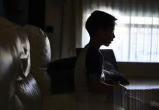 Chłopiec bawić się konsolę w domu obrazy royalty free