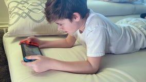 Chłopiec bawić się konsolę wideo uzależnione gry zbiory