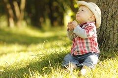 Chłopiec bawić się kowboja w naturze Zdjęcia Stock