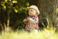 Chłopiec bawić się kowboja w naturze Zdjęcie Stock