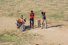 Chłopiec bawić się krykieta, India Zdjęcia Stock