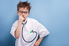 Chłopiec bawić się lekarkę fotografia stock