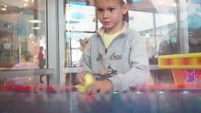 Chłopiec bawić się lotniczego hokeja z emocji zwolnionym tempem zbiory wideo