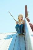 Chłopiec bawić się na drewnianym obruszeniu Obrazy Stock