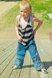 Chłopiec bawić się na drewnianym obruszeniu Zdjęcie Stock