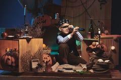 Chłopiec bawić się na Halloweenowej nocy obraz royalty free