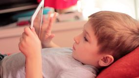 Chłopiec bawić się na pastylek grach komputerowych zdjęcie wideo