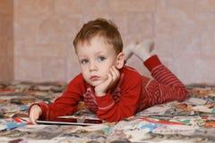 Chłopiec bawić się na pastylka komputerze Obraz Stock
