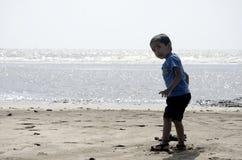 Chłopiec bawić się na plażowym piasku zdjęcia royalty free