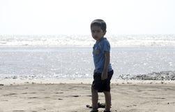 Chłopiec bawić się na plażowym piasku zdjęcie stock