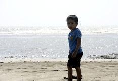 Chłopiec bawić się na plażowym piasku obrazy stock