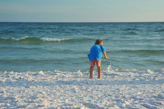 Chłopiec bawić się na plaży obrazy royalty free