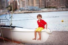 Chłopiec, bawić się na plaży w wieczór po deszczu z zabawkami Zdjęcie Royalty Free
