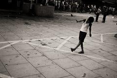 Chłopiec bawić się na ulicie fotografia stock