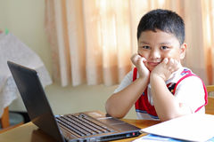 Chłopiec bawić się notatnika. Obraz Stock