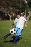 chłopiec bawić się piłkę nożną Obraz Royalty Free