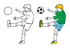 Chłopiec bawić się piłkę nożną Zdjęcia Royalty Free
