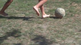 Chłopiec bawić się piłkę nożną na trawie zdjęcie wideo