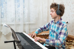 Chłopiec bawić się pianino zdjęcia royalty free