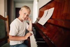Chłopiec bawić się pianino w domu Obraz Stock
