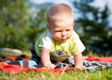 chłopiec bawić się plenerowy obrazy stock