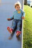 Chłopiec bawić się przy parkiem obraz royalty free
