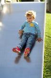 Chłopiec bawić się przy parkiem fotografia royalty free