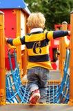 Chłopiec bawić się przy parkiem zdjęcia royalty free