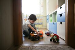 Chłopiec bawić się samotnie w pokoju, samotność Zdjęcia Royalty Free