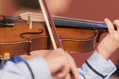 Chłopiec bawić się skrzypce Obrazy Stock