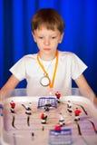 Chłopiec bawić się stołowego hokeja Zdjęcie Royalty Free