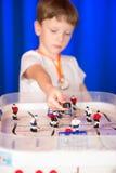 Chłopiec bawić się stołowego hokeja Fotografia Royalty Free