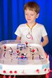 Chłopiec bawić się stołowego hokeja Zdjęcie Stock