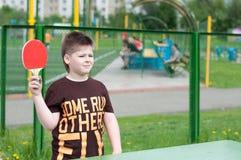 chłopiec bawić się stołowego tenisa Zdjęcia Royalty Free
