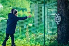 Chłopiec bawić się strzałki outdoors obraz royalty free