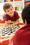 chłopiec bawić się szachowy mały obrazy royalty free