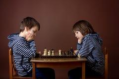 Chłopiec, bawić się szachy Mądrze dzieciak bawić się szachy a, Zdjęcie Stock