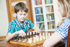 Chłopiec bawić się szachy w domu Obraz Royalty Free