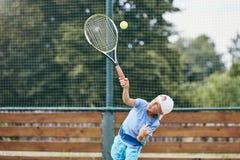 Chłopiec bawić się tenisa zdjęcia royalty free