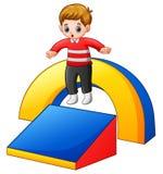 Chłopiec bawić się w boisku ilustracja wektor