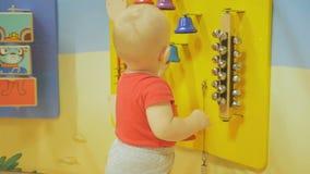 Chłopiec bawić się w czasu wolnego centrum wielki centrum handlowe Wiele ciekawi edukacyjne gry przyciągają dziecka zdjęcie wideo