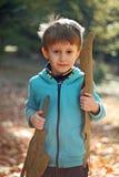 Chłopiec bawić się w jesieni Zdjęcia Royalty Free
