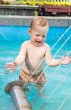 Chłopiec bawić się w miasto fontannie przy gorącą pogodą Zdjęcia Royalty Free
